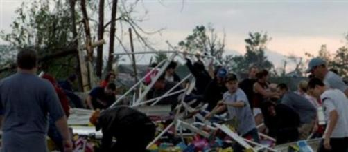 Tornados causm destruição