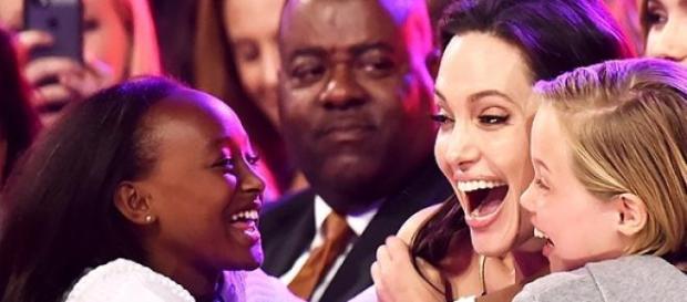 Angelina Jolie esteve presente com as 2 filhas