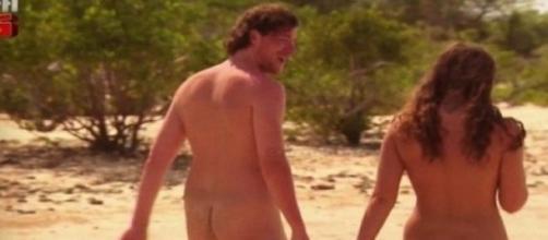 un Adam et une Eve marchant sur la plage