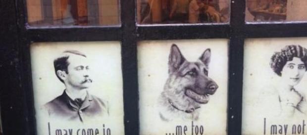 A barbearia que ostenta a discriminação à porta.
