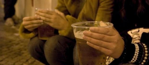 Beber álcool na rua à noite poderá ser proibido