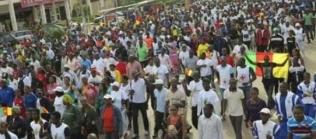 Multitud en mercado nigeriano