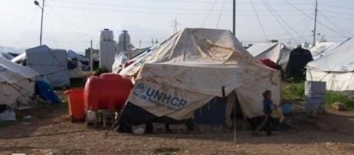 Campo de refugiados atingido por imensa explosão.