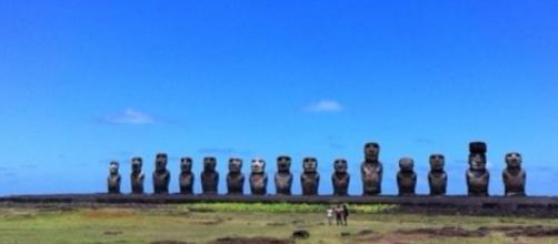Grupo de 15 moais en medio de la Isla de Pascua