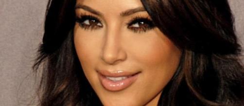 Kim Kardashian con el cabello largo y moreno