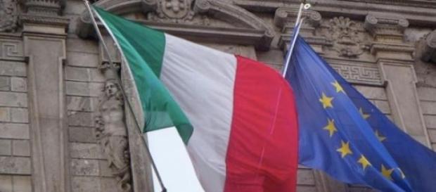 In foto, la bandiera dell'Italia e dell'UE