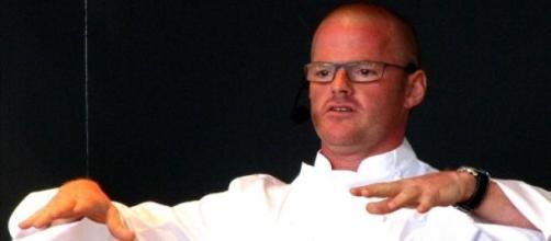 Un chef explicando su plato gastronómico.