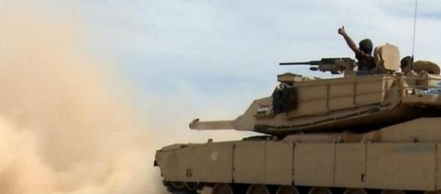 Char irakien foncant vers Tikrit.