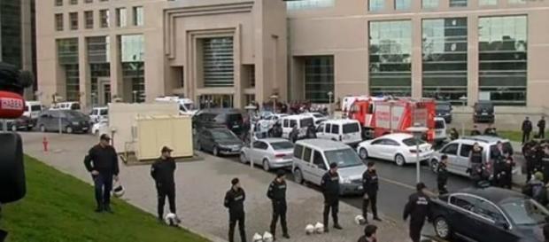 Policiais em frente ao palacio de justiça