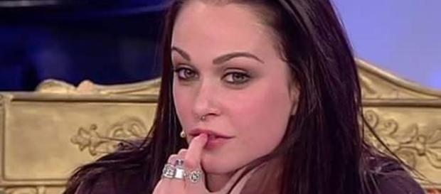 Valentina bacia due ragazzi in esterna
