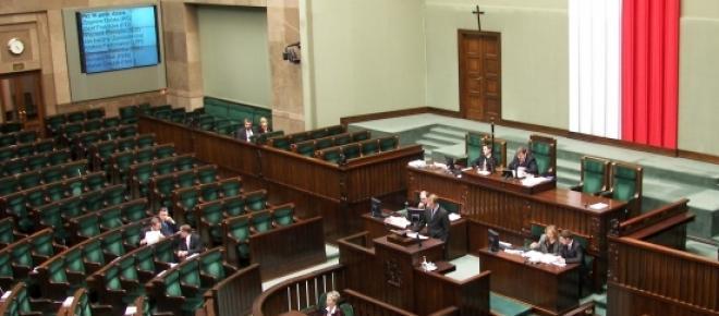 Pusta plenarna sala sejmowa.