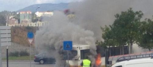 Autocarro arde junto ao Fórum Coimbra.