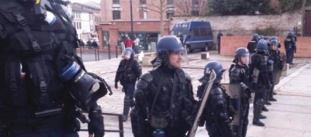 Les CRS encerclent les manifestants à Gaillac