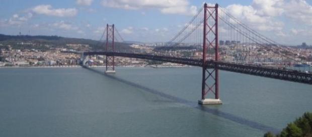 Ponte 25 de Abril (imagem Wikipédia)