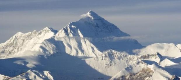 Monte Everest está a tornar-se numa lixeira
