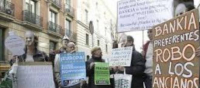 Manifestantes contra las preferentes de Bankia.