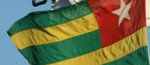 Le drapeau togolais qui flotte au vent.