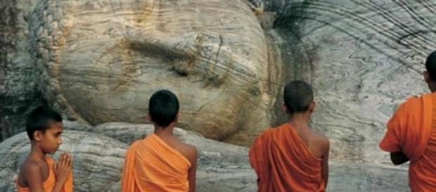Niños Budistas observando a  Shakiamuni
