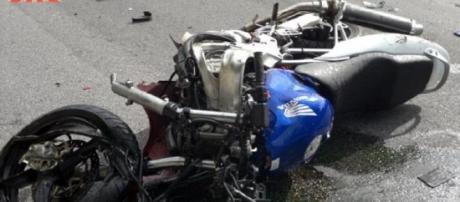 Acidente foi entre a mota da vítima e um carro.