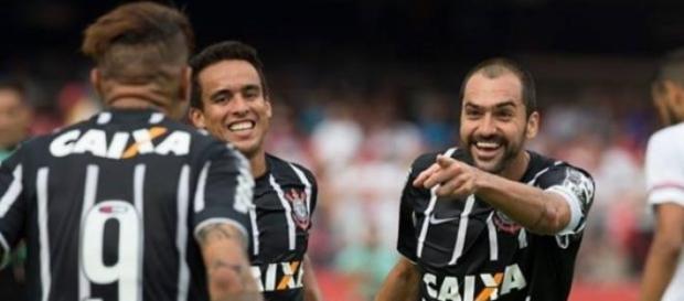 Danilo decide mais uma vez e Corinthians vence