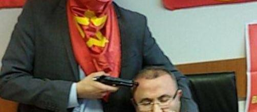 Il pm Kiraz, tenuto in ostaggio nel suo studio.