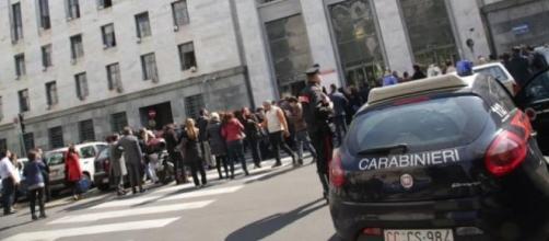 Fila interminabile davanti al tribunale di Milano