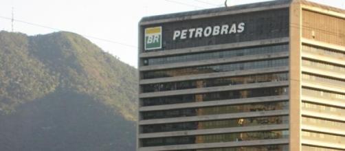 Foto da fachada de prédio da Petrobrás