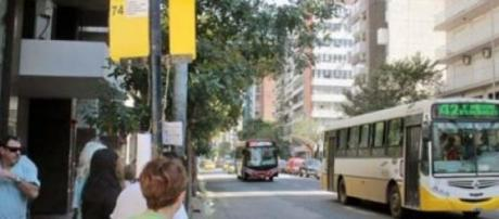 Colectivo de Autobuses Santa Fe en Av. Colón