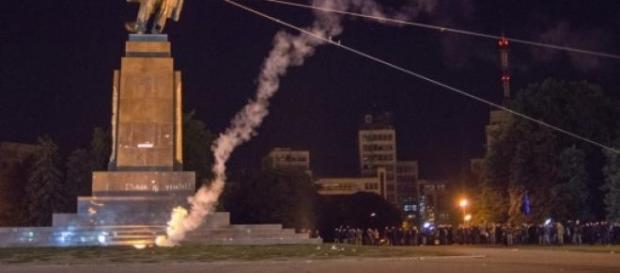 Estátua de Lenine destruída pela população.