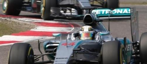 Hamilton guia sua Mercedes durante GP da China