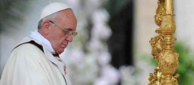 Il papa benedice l'altare di San Pietro