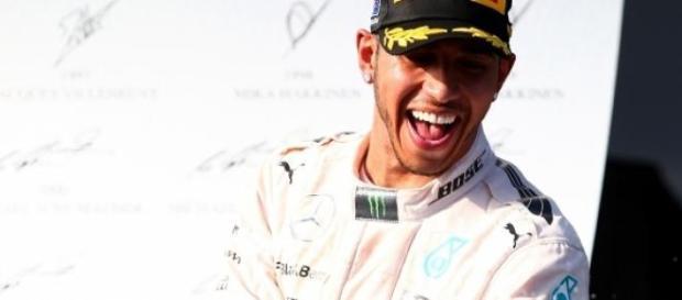 Lewis Hamilton a comemorar