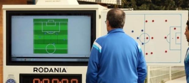 Marcelo Bielsa observa a sua invenção