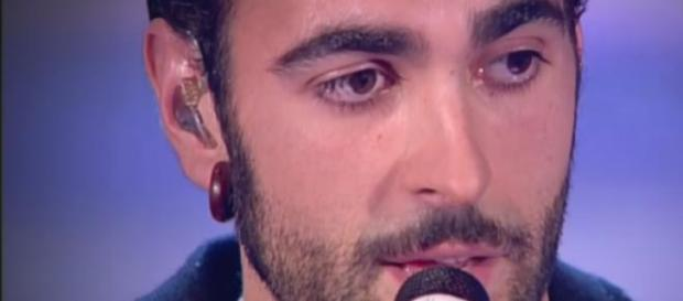 Marco Mengoni mentre interpreta 'Guerriero'