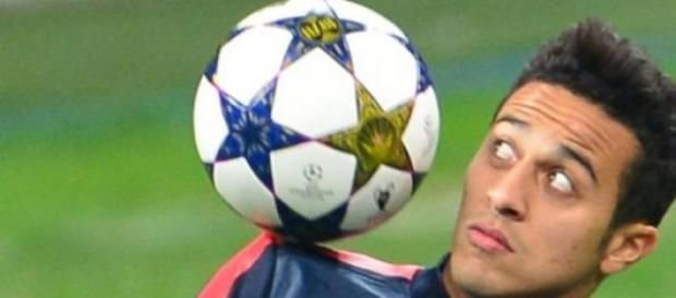 Thiago domina el balón en un entrenamiento
