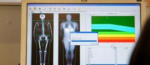 Os agentes manipulavam o scanner corporal.