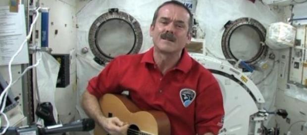 Chris Hadfield dans l'espace avec sa guitare.