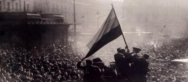 Gente celebrando la II República en la calle