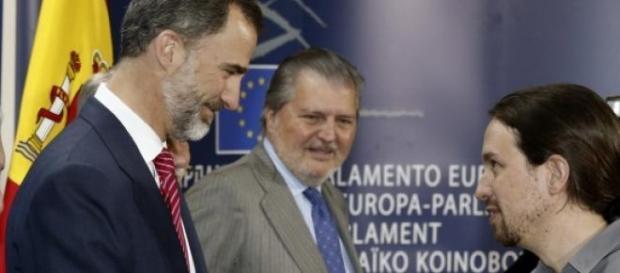 Pablo Iglesias, saltándose el protocolo.
