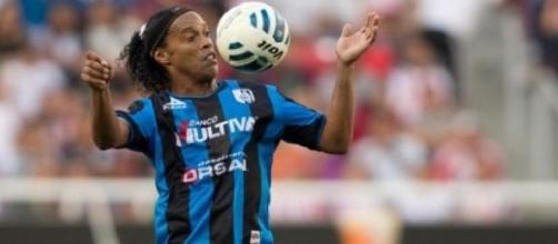 Ronaldinho en duda para enfrentar al América