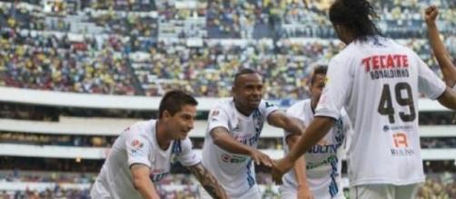 El estadio Azteca ovacionó a Ronaldinho