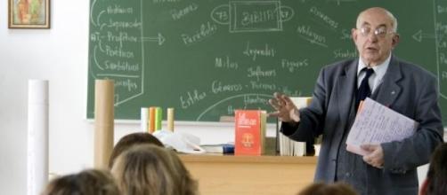 Un profesor dando clase a sus alumnos