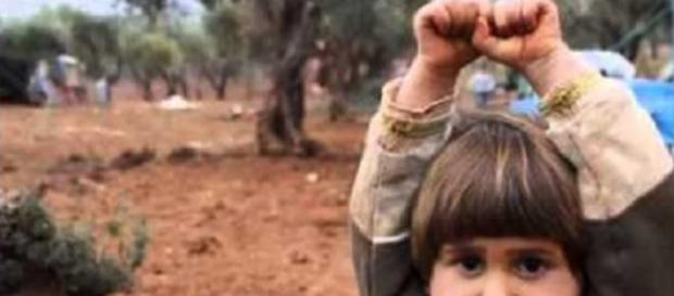 Joven siria aterrada ante lo que creía era un arma