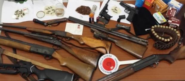 Le armi trovate nel magazzino degli arrestati