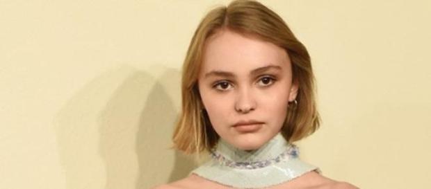 Lily-Rose Depp faz furor em desfile da Chanel.