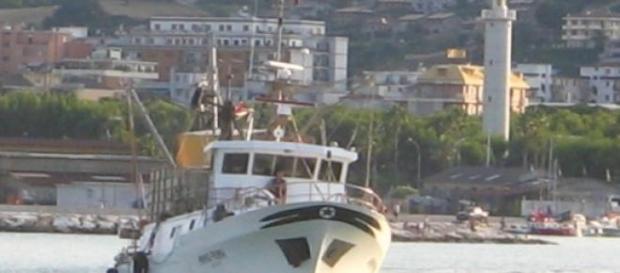 Peschereccio durante la navigazione