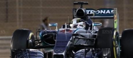 Lewis Hamilton, irrésistible avec sa Mercedes !