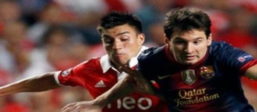 Gaitán e Messi numa disputa de bola.