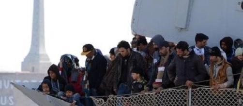 La Guardia costiera presta soccorso ai migranti