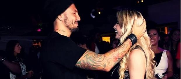 """Aline e Fernando são """"só love"""" em festa"""